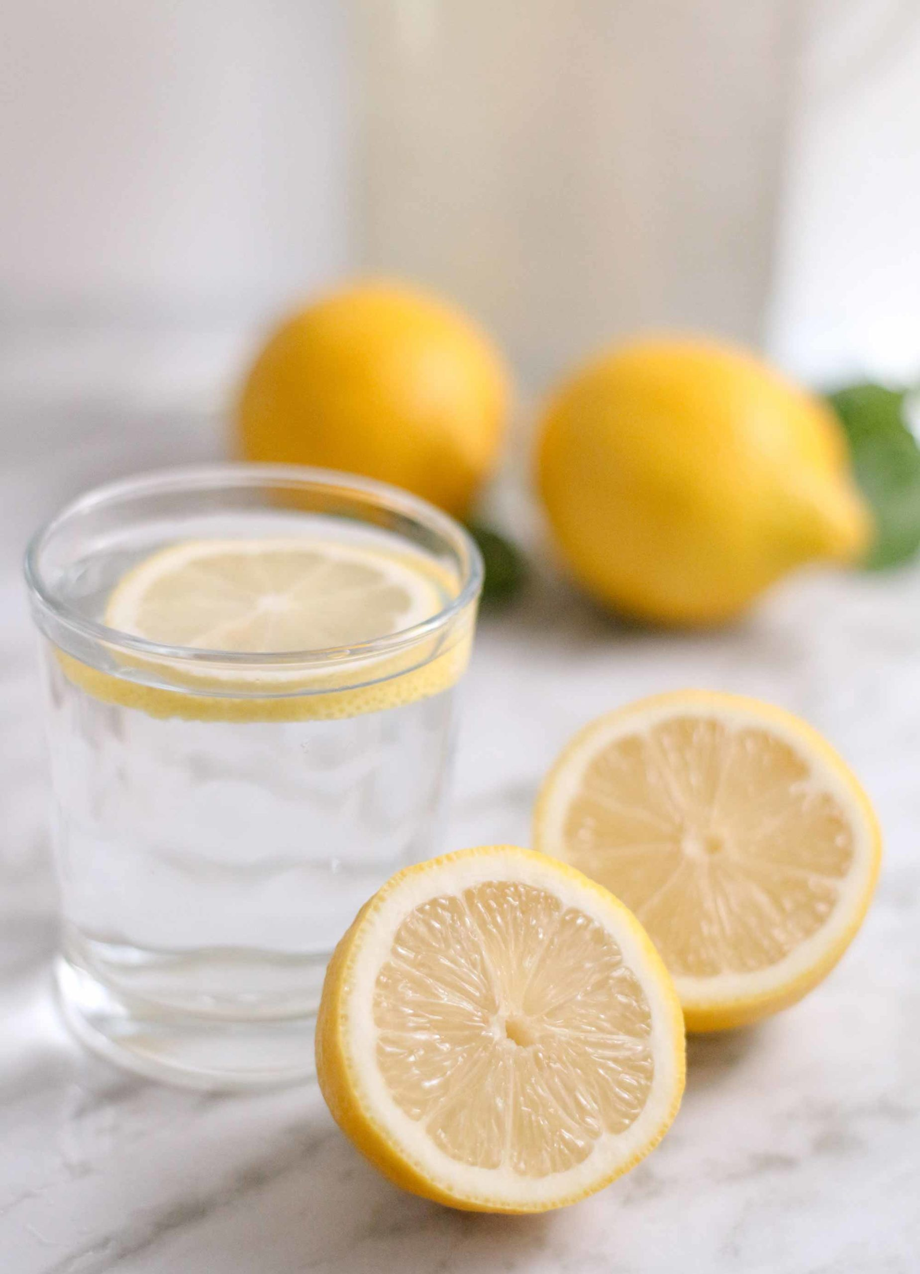 Dlaczego warto rano pić wodę z cytryną?