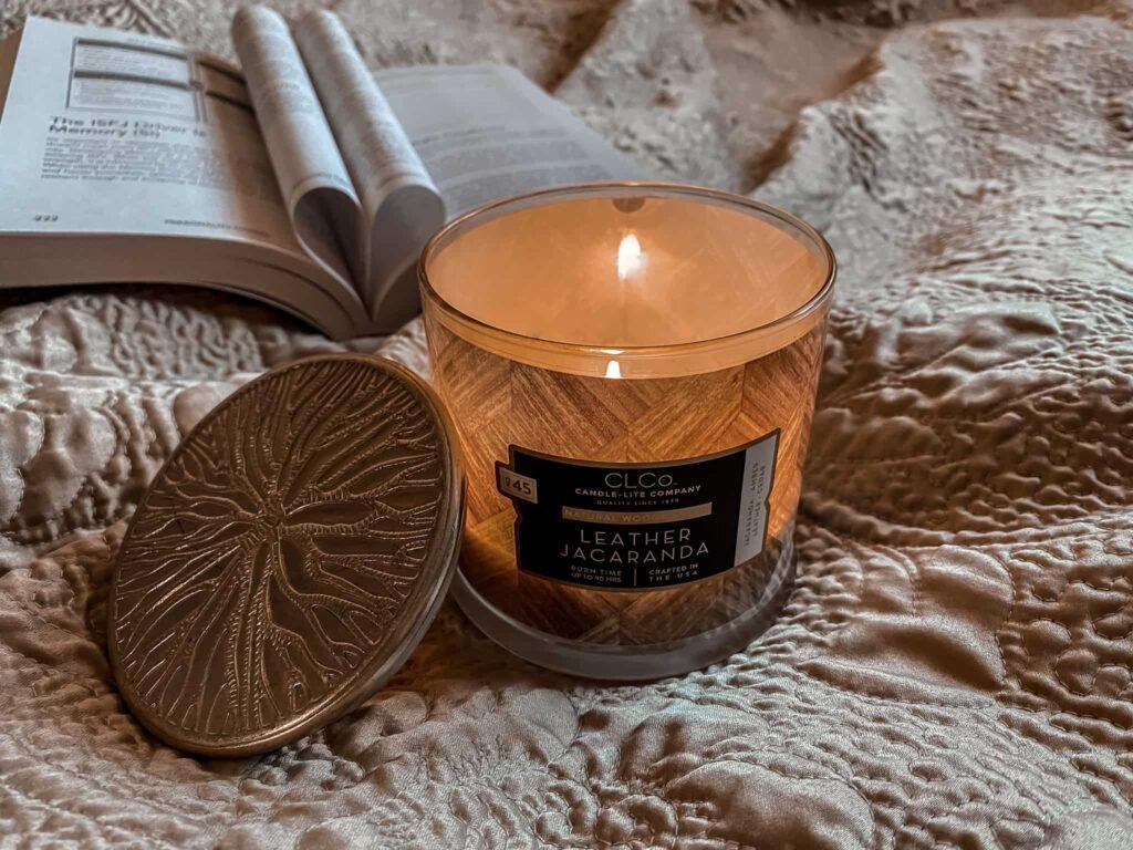 Świeca zapachowa z drewnianym knotem Candle-lite CLCO Leather Jacaranda